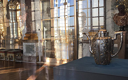 Exposition de la Verseuse en Argent du Siam au Château de Versailles