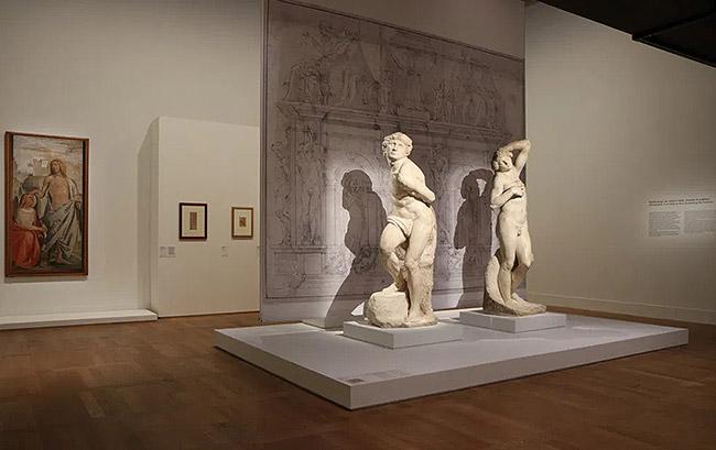 """Exposition """"Le Corps et l'Âme"""" au Musée du Louvre Hall Napoléon à Paris"""